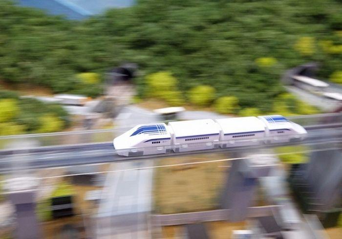 Игрушечный поезд маглев linear liner от takara tomy